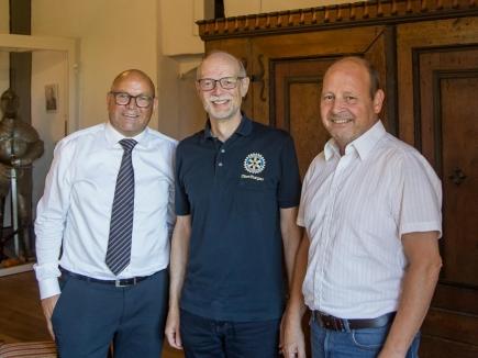 Von links nach rechts: Franz Warger, neuer Präsident von Rotary Oberthurgau, Markus Nadig, Präsident 2019/2020, Hansjörg Stahel, langjähriger Verantwortlicher des Rotary-Jugendaustausches